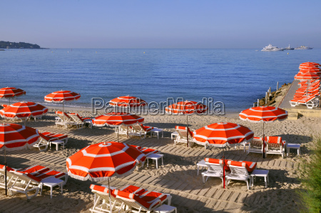 sonnenschirme am strand in frankreich