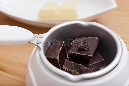 nahaufnahme schokoladen kuvertuere im schmelztiegel