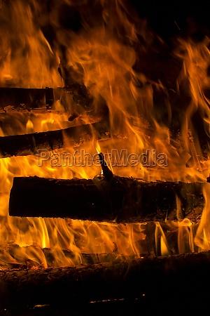 brennholz brannte in einer feuerherdnahaufnahme