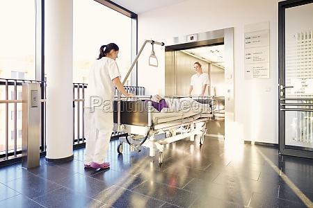 patientin bett krankenschwestern krankenhaus