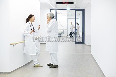 krankenhaus team AErzte besprechung