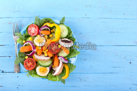 gemischter fitness salat auf blauen untergrund