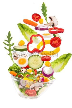 salat faellt in glasschale