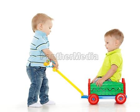 kinder spielen mit spielzeugauto