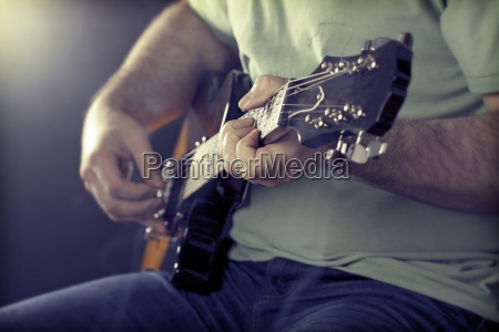close up auf mann s handgitarre