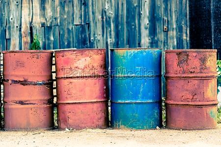 vier alte faesser fuer oel petroleum