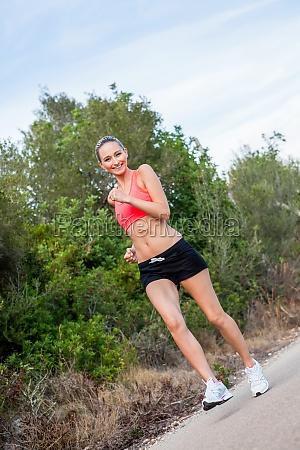 junge attraktive sportliche frau beim laufen