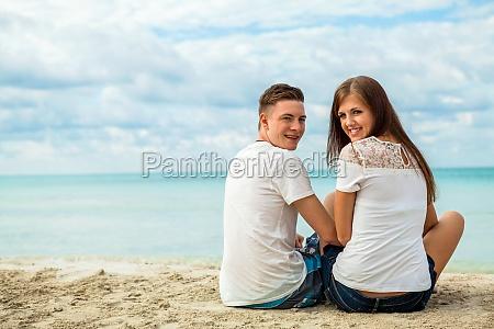 junges glueckliches verliebtes paar am