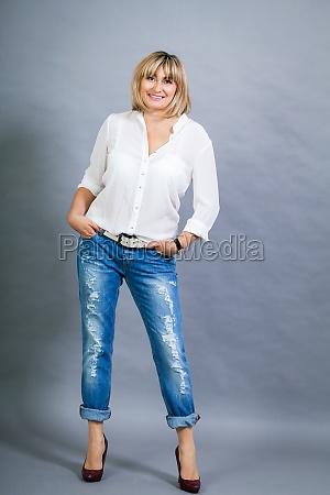 erwachsene blonde attraktive frau mit blauer