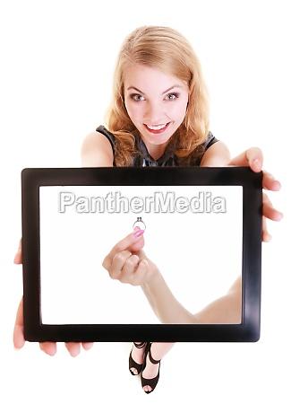 maedchen zeigen ipad tablet touchpad mit