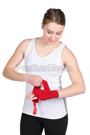 frau bandagiert ihre hand