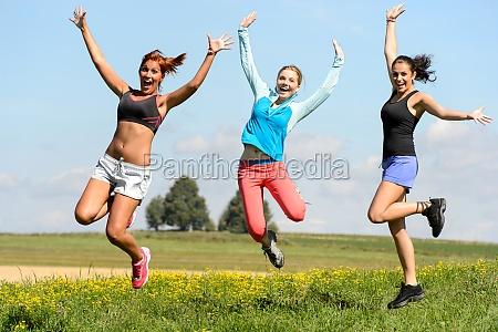 sportlich freunde froehlich auf der sonnigen