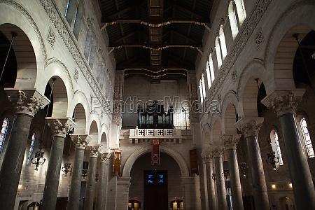 innenansicht der basilika von saint martin