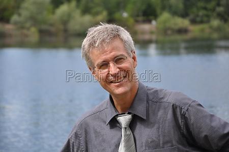portrait eines grauhaarigen mannes um die