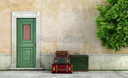 vecchia casa con valigie vintage