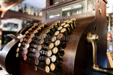 old time cash register in einem