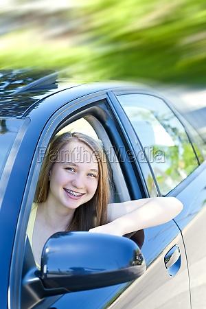 teenage maedchen lernen zu fahren