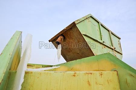 zwei gruene container auf einer baustelle