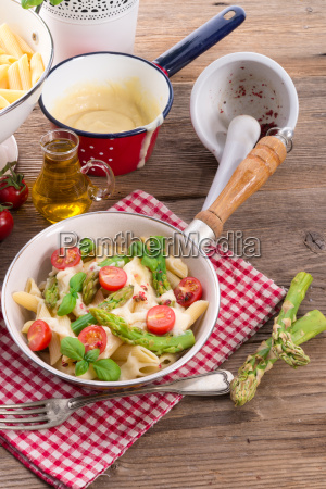 noodles with asparagus in cream cheese