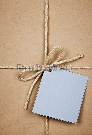 geschenk mit blauer karte in braunem