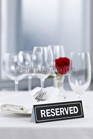romantisches abendessen einstellung mit reservierten zeichen