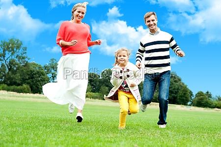 junges paar rennsport mit ihrer niedlichen