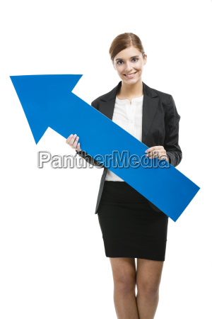 geschaeftsfrau die einen blauen pfeil haelt