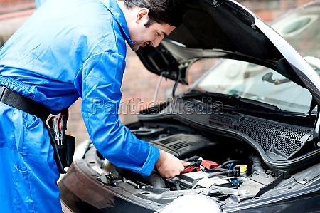 mechaniker reparatur automotor