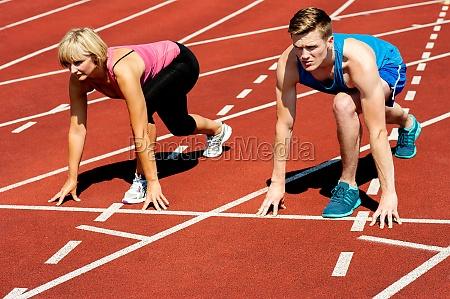 athleten an der startlinie auf rennstrecke