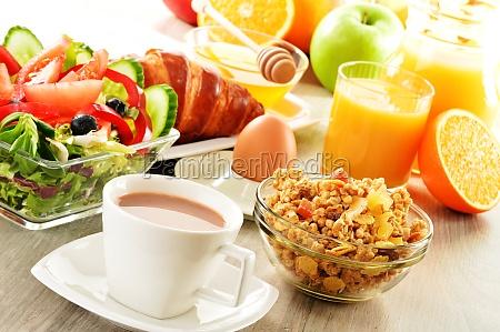 fruehstueck mit kaffee saft croissants salat