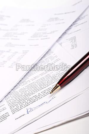 geschaeftsdokumente und unterzeichneten vertrag