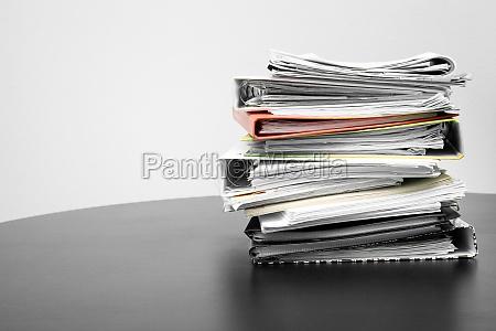 stapel von ordnern und dokumenten auf