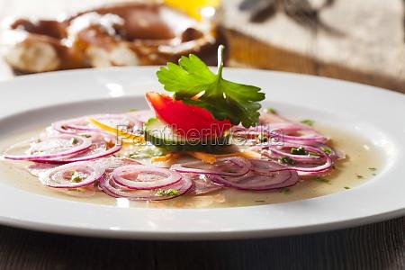 ensalada de salchicha bavara en madera