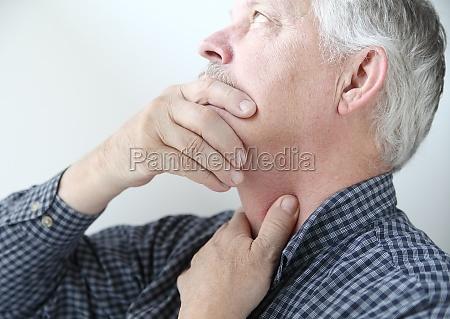 mann mit hals oder hals probleme