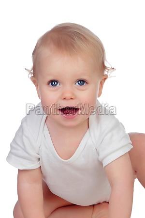 entzueckende blonde baby in unterwaesche kriechen