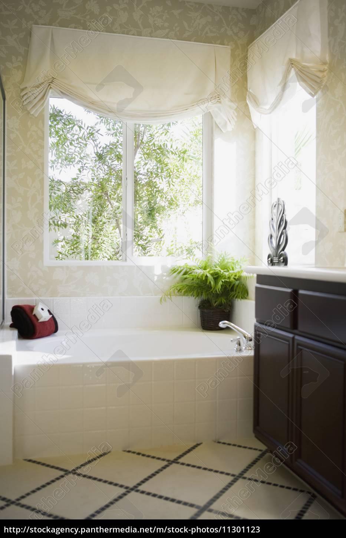 Einfache Badewanne In Der Ecke Mit Fenstern Stockfoto 11301123