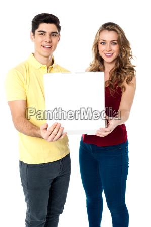 junge liebespaare mit pizzakasten