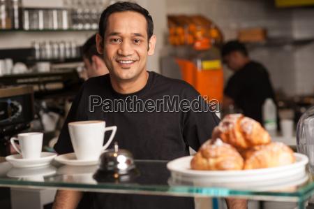 aktive mitarbeiter in restaurantkueche