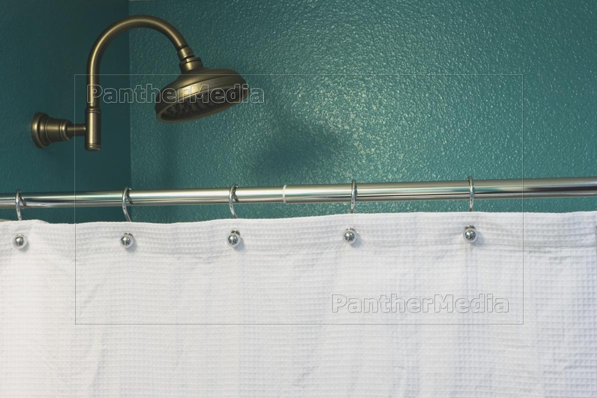 Stockfoto 11318739 - teal badezimmer wand wasserhahn und weiß duschvorhang