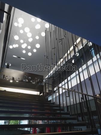 moderne treppe mit mehreren lichter