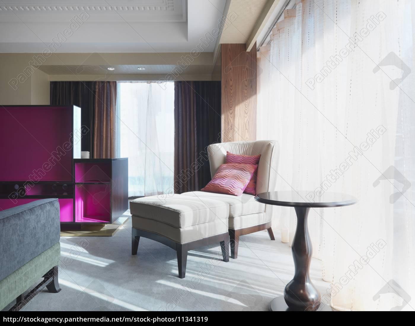 Lizenzfreies Bild 11341319 - stuhl und ottomane im schlafzimmer neben  fenster