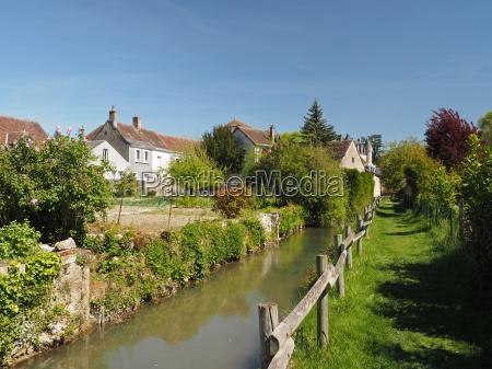 montresor village grass path along the
