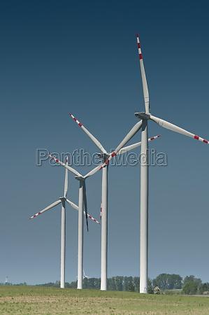 windturbinenpark auf laendlichem gelaende