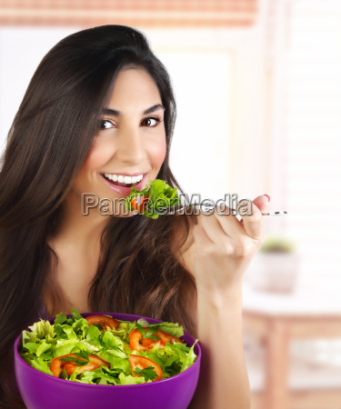 frau die salat isst