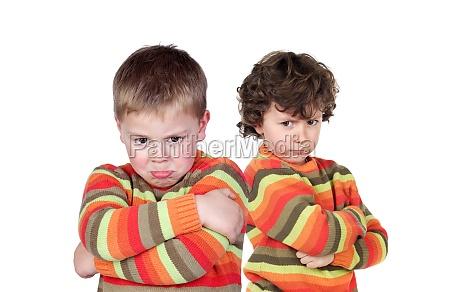 zwei kinder mit gleichem trikot veraergert