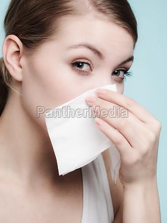 grippe allergie krankes maedchen das im
