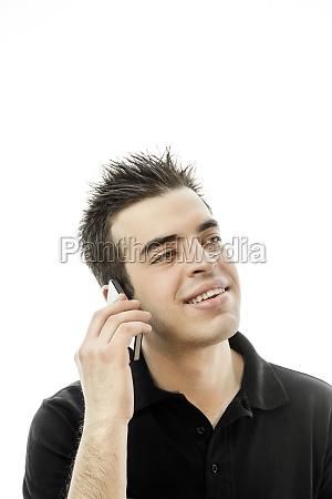 gluecklicher junger mann spricht auf dem