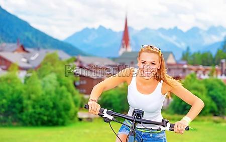 freundliches maedchen im fahrradtour