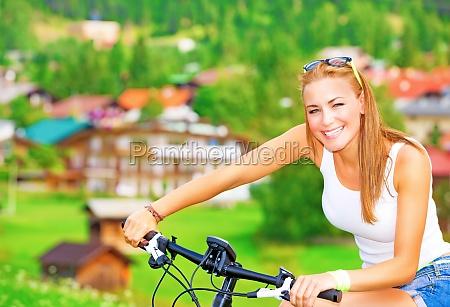 froehliches maedchen in fahrradtour