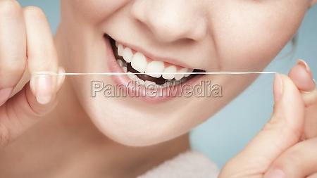 maedchenreinigungszaehne mit zahnseide gesundheitspflege